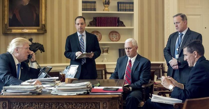 Il presidente Trump nello Studio Ovale. Di fronte a lui Mike Flynn, consigliere che si è dimesso fra le polemiche
